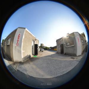 低い建物に囲まれた駐車場の出入口、円周魚眼写真 Sigma 4.5mm f2.8 circular fisheye