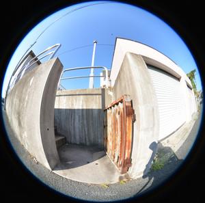 道路と高低差のある敷地への裏門、円周魚眼写真 Sigma 4.5mm f2.8 circular fisheye