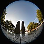 浅い池に建つモニュメント、円周魚眼写真 Sigma 4.5mm f2.8 circular fisheye