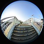 陸橋の階段を上りきったあたり、円周魚眼写真 Sigma 4.5mm f2.8 circular fisheye