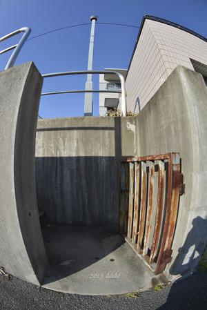 道路と高低差のある敷地への裏門、対角線魚眼写真 AF DX Fisheye-Nikkor 10.5mm f/2.8G ED